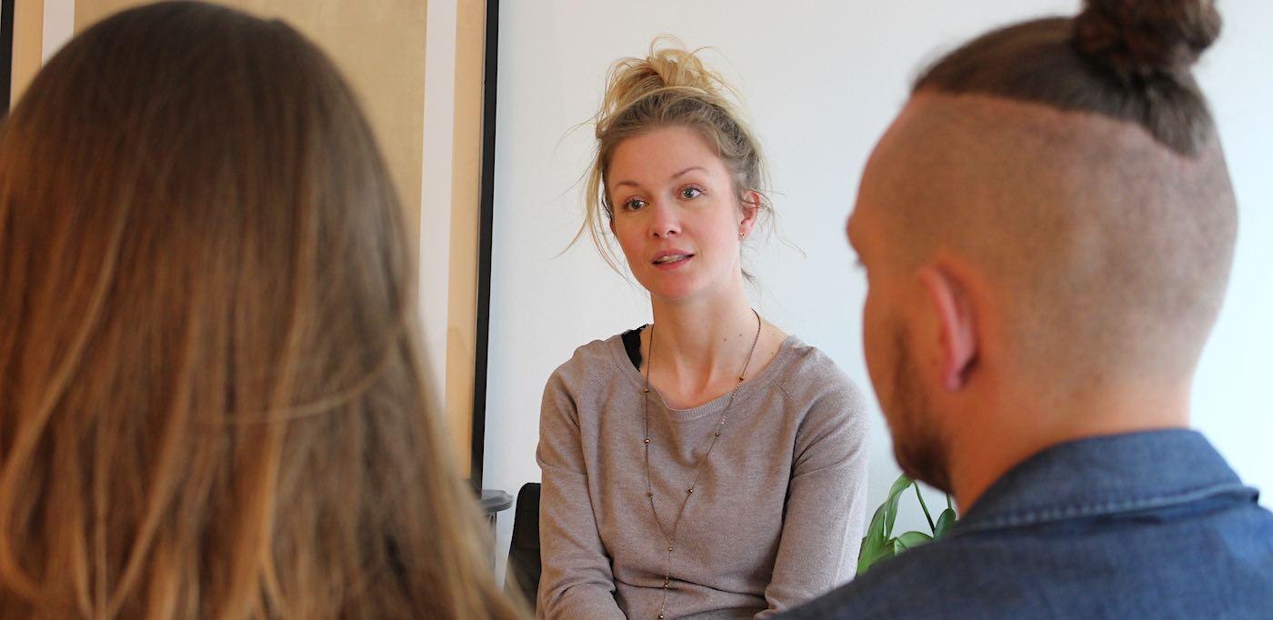 Billedet viser Signe Stausholm udfører samtaleterapi