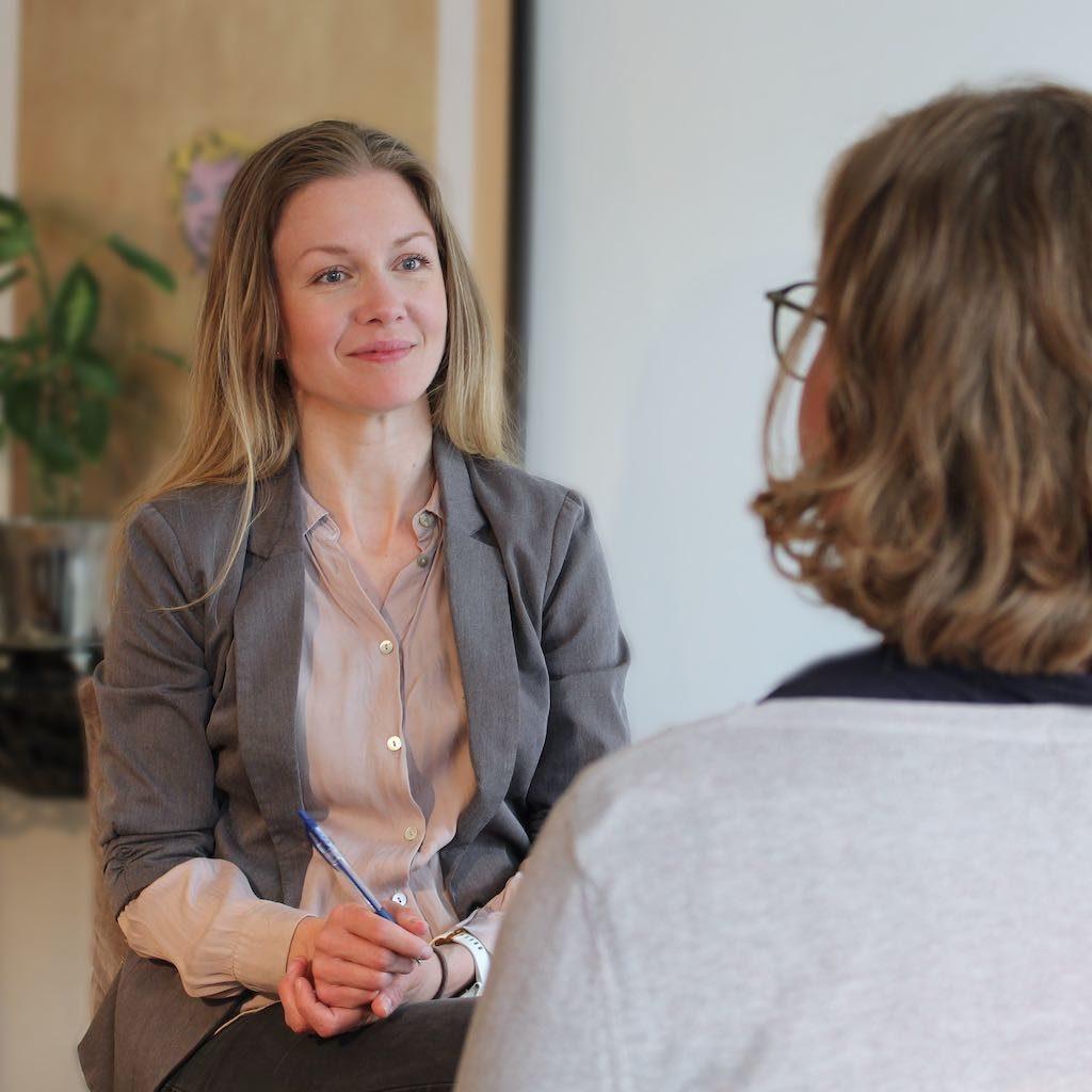 Billedet viser terapeut, SigneStausholm, i hendes arbejde som terapeut