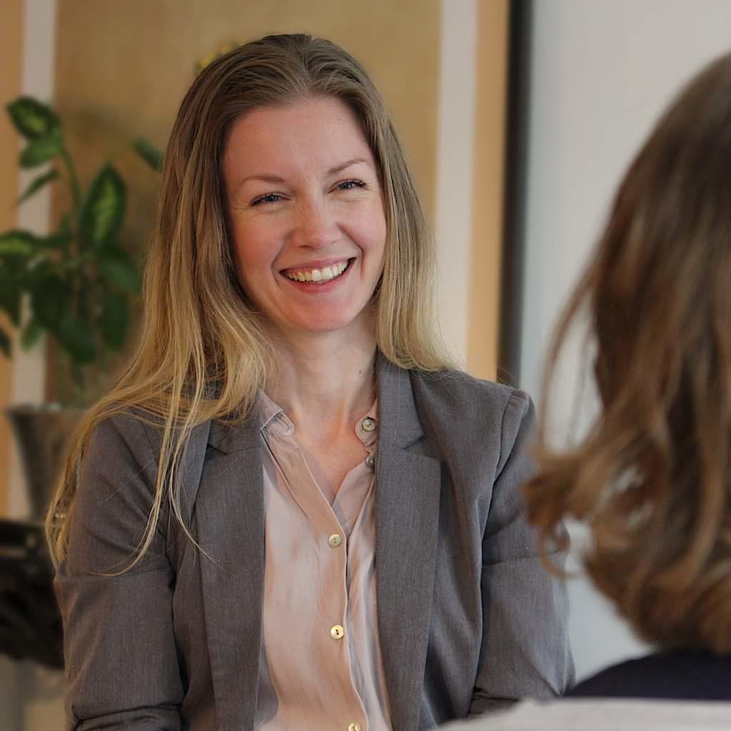 Billedet viser terapeut, SigneStausholm, som smiler.