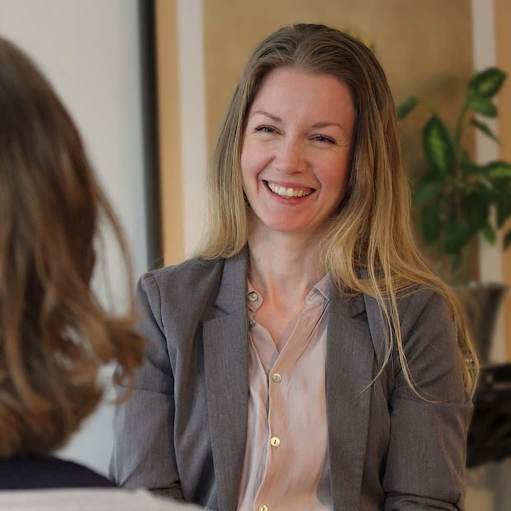 Billedet viser Signe Stausholm som smiler til en klient.